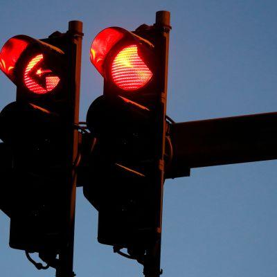 Punaiset liikennevalot.