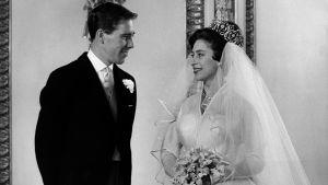 Englannin prinsessa Margaret ja Anthony Armstrong-Jones hääpäivänään Buckingham Palacessa