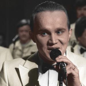 Leevi and the Leavings esiintyy Suomen euroviisukarsinnassa 1981. Mustavalkoinen valokuva sävytetty.