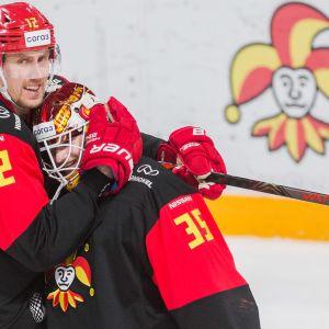 Marko Anttila ja Samuel Jukuri Jokereiden Torpedo-voiton jälkeen 29.1.2021.