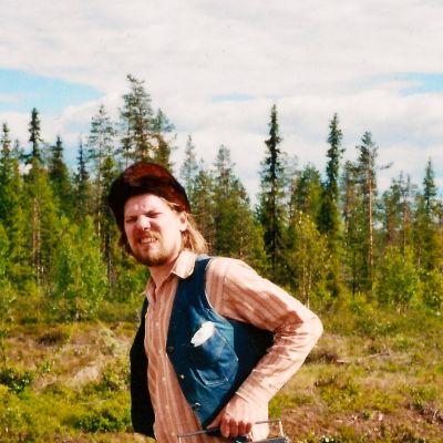 Jukka Nousiainen kantaa kasettisoitinta.