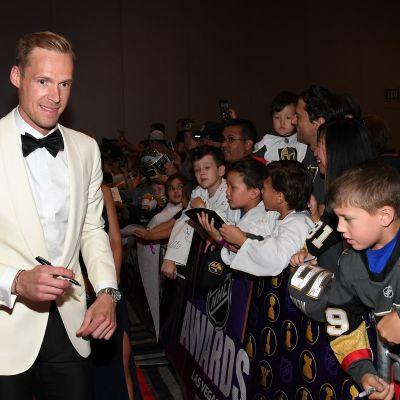 Pekka Rinne jakaa nimikirjoituksia NHL-gaalassa.