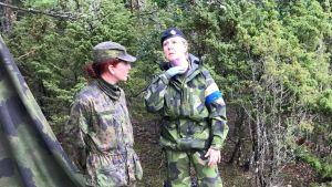 Finsk och svensk sjukvårdspersonal diskuterar sårads tillstånd på militärövning.