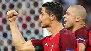 Cristiano Ronaldo och Pepe firar Portugals avancemang.