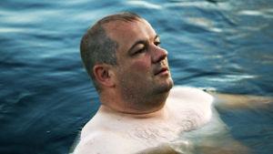 Pappa Laine simmar i sjön.
