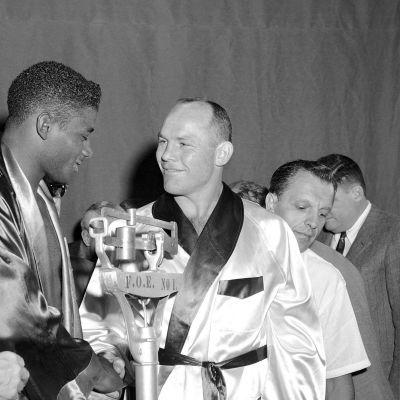 Floyd Patterson ja Pete Rademacher (oik. kesk.) kättelevät ennen raskaan sarjan ottelua elokuussa 1957.