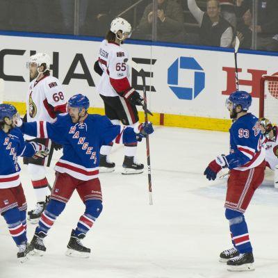 Rangers-spelaren Michael Grabner (i mitten) firar 2–0-målet.