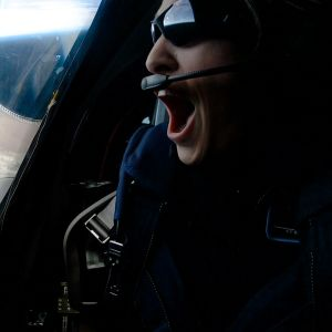 Beth Haley katsoo SpaceShip2 -aluksen ikkunasta ulos.