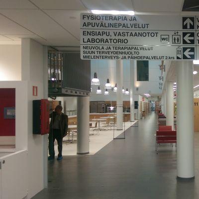Äänekosken uuden terveyskeskuksen aula ja vastaanottohuoneet.