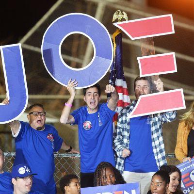 Joe Bidenin kannattajien riemua Los Angelesissa.
