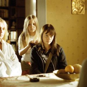 Lasileuka elokuvan perhe: Kuvassa vasemmalla Leea Klemola(Gunni), Tiina Puntala(Emma), Emilia Sinisalo(Marianne). Yle kuvapalvelu.