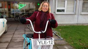 Lena Linderborg med Yle-cykel