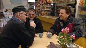 Tre män samlade till morgonkaffe på kafé i Munsala