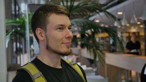 Studerande Ilkka Konttinen äter på Unicafé.