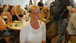 Studerande Janita Pastuhov besöker Unicafé i centrum.