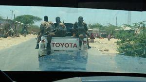 Säkerhetsvakter framför bilen i Mogadishu.