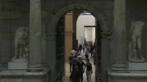 För tillfället arbetar 25 flyktingar som guider vid Berlinmuseerna.