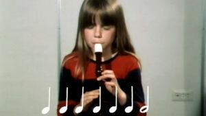 Kaisa Kivekäs soittaa nokkahuilua (1977).