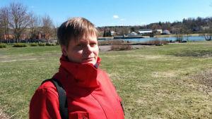 Profilbild på stadsträdgårdsmästare Heidi Suominen i Centralparken i Pargas.