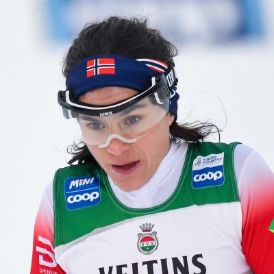 Heidi Weng kommer i mål sprintkvalet i Ruka 2020.