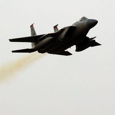 Ett sydkoreanskt jaktplan av typen F-15K lyfter från flygbasen Gwanju i Sydkorea på måndagen 4.12.2017.