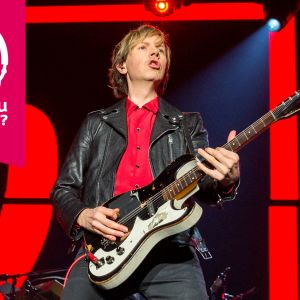 Beck Hansen spelar elgitarr.