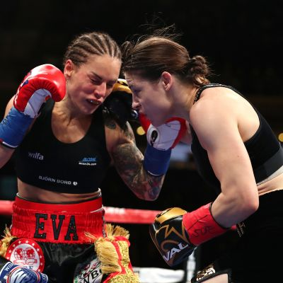Katie Taylor lyö Eva Wahlströmiä.