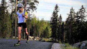 Andrea Julin rullskidar i Vörå, maj 2020.