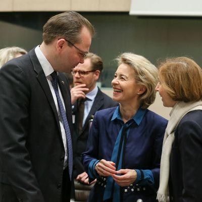 Puolustusministeri Jussi Niinistö (sin.) keskusteli Nato-kokouksessa Saksan ja Ranskan puolustusministerien Ursula von der Leyenin ja Florence Parlyn kanssa.