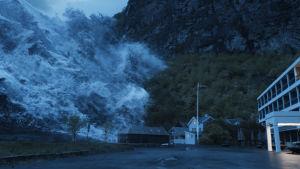 En tsunami som sköljer över några hus