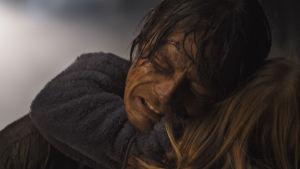 Kristian (Kristoffer Joner) kramar om sin dotter.