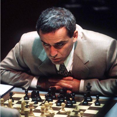 Garry Kasparov vid ett schackbräde.