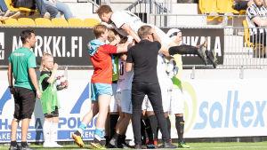 FC Honka firar 2–1-målet i Seinäjoki.