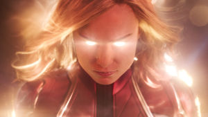 Captain Marvel exploderar i ljus.