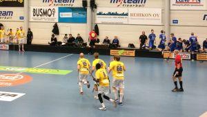Lovisa Tor firar ett mål i semifinalen mot M-Team i Brunakärr.
