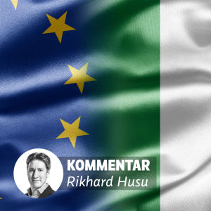 Italiens och EU:s flaggor samt en liten bild av Rikhard Husu