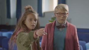 Maja (Ester Vuori) pekar ut nåt för en förvånad Lasse (Frank Dorsin).