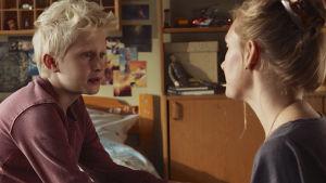 Sune samtalar med mamma Karin på sängkanten i sitt pojkrum.