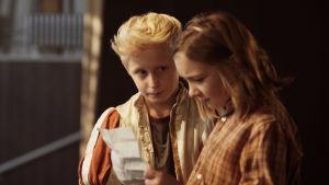 Sune och Sofie bredvis varandra med ett betydelsefullt papper i handen.