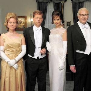 Kahdeksanosainen draamasarja Kennedyt (12) kertoo tosipohjaisen tarinan politiikassa menestyneestä, mutta kolhuja kokeneesta Kennedyn perheestä.