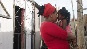 Dokumenttielokuvassa kymmenen naista eri puolilta maailmaa puhuu äitiydestä ja äitisuhteesta.