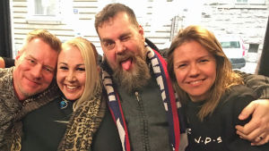 Mårten Svartström, Satu Söderström, Stan saanila och Sonja kailassaari sitter i soffan
