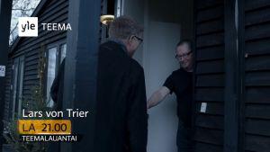 Lars von Trier avaa oven toimittaja Martin Krasnikille. Kuvakaappaus tv-ohjelmasta (trailerista) Lars von Trierin vieraana.