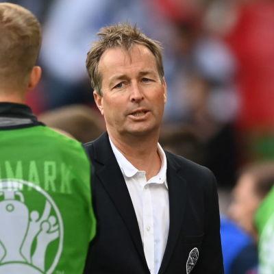 Kasper Hjulmand instruerar avbytare.