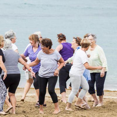 Eläkkeellä olevia rouvia jumppaamassa Las Palmasin rannalla.