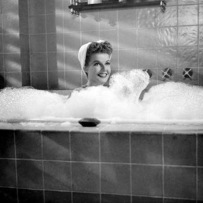 """Elokuvatähti Ann Sheridan vaahtokylvyssä elokuvassa """"Doughgirls""""."""