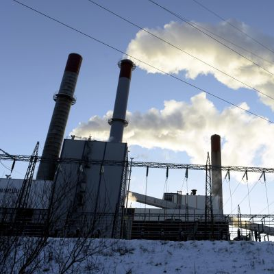 Vesihöyry nousee savupiipusta Vantaan Energian voimalaitoksella Vantaalla.
