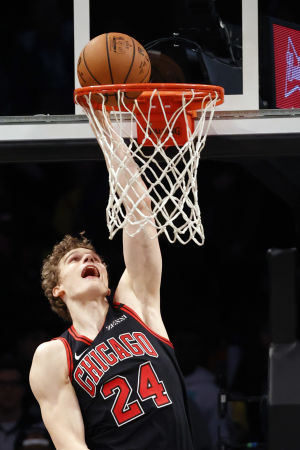 Lauri Markkanen gör två poäng för Chicago.