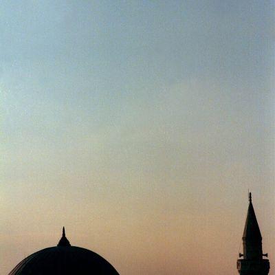 Arkivbild från 26 januari 1999 på ett amerikansk F-16 jaktplan som flyger över en moské nära den amerikanska flygbasen i Incirlik i södra Turkiet.