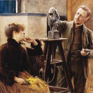 Kvinna ser på när en man skulpterar.